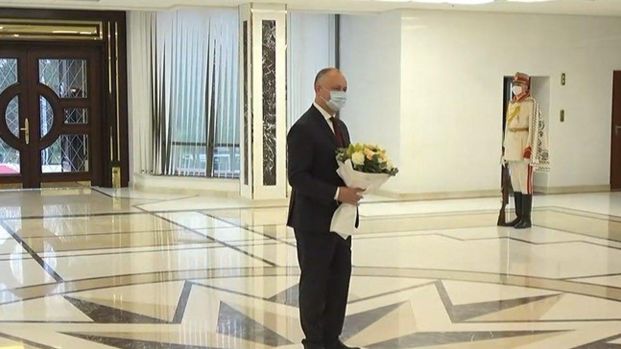 """(FOTO/ VIDEO) """"Asta-i tot?"""" Igor Dodon a plecat de la Președinție sub huiduielile oamenilor"""