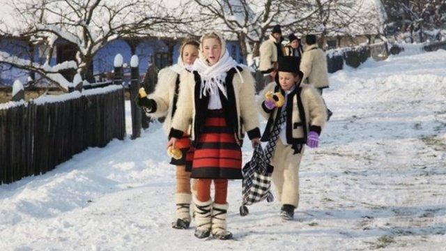 COLINDE DE CRĂCIUN ÎN VERSURI. Top 10 cele mai frumoase colinde românești