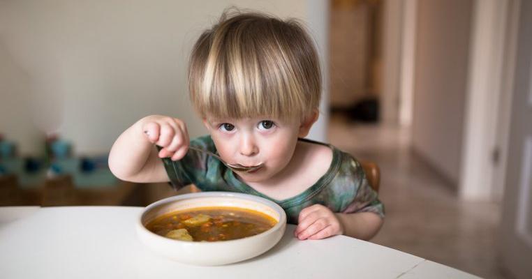 De vorbă cu nutriționistul: este musai să dăm mâncare gătită copilului în fiecare zi?