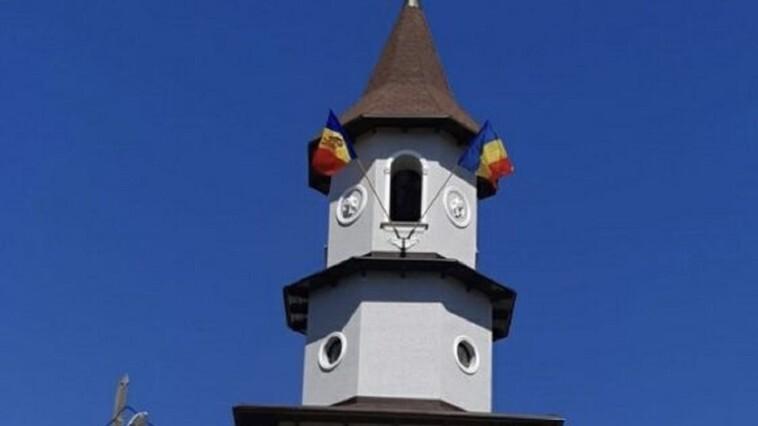 Un preot din Ungheni riscă amendă pentru arborarea drapelului României pe clopotniță