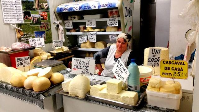 Doar 18% dintre români mai cumpără lactate de la fermieri! 57% merg la supermarket!