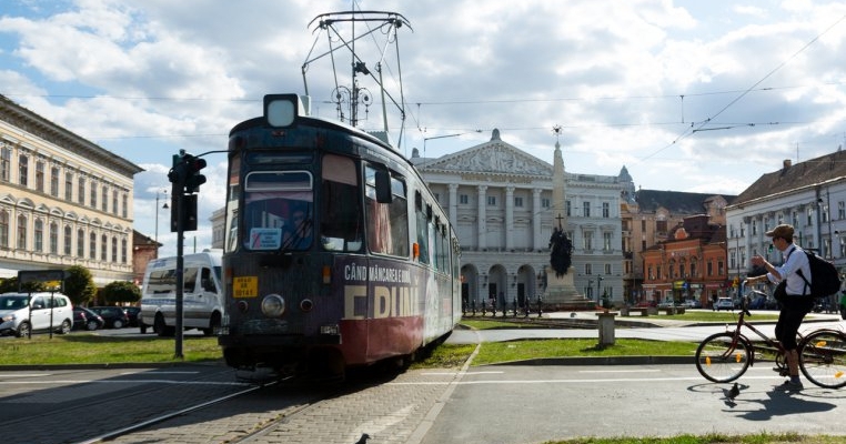 Elev bătut cu pumnul și scuipat în tramvai de un bărbat care a vrut să îi verifice biletul de călătorie!