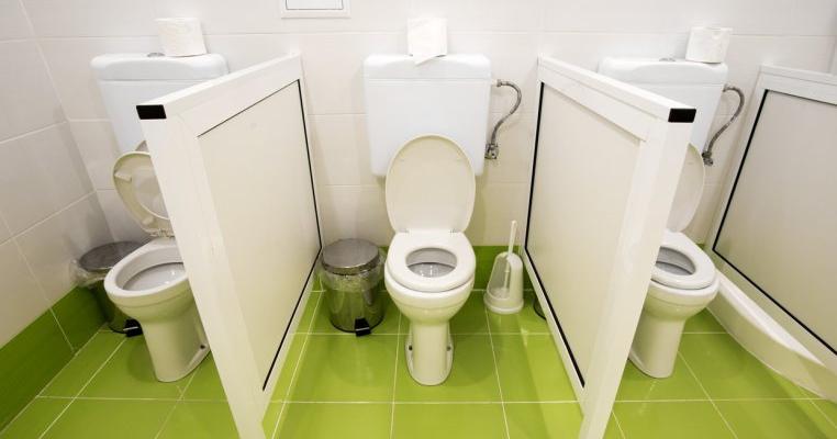 Îngrozitor! O educatoare a pus un copil să desfunde toaleta cu mâinile goale
