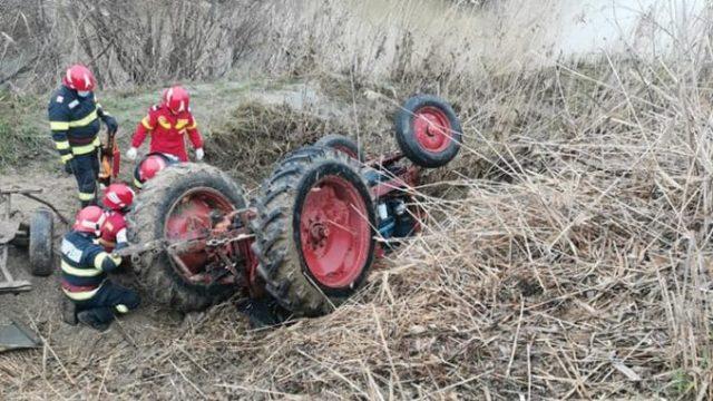 Tractorist mort după ciocnirea violentă a utilajului cu două autoturisme!