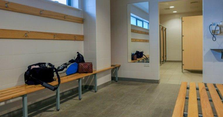 Sancțiune pentru un profesor care a pozat trei eleve de clasa II-a în vestiare. Ce spune ministrul Educației