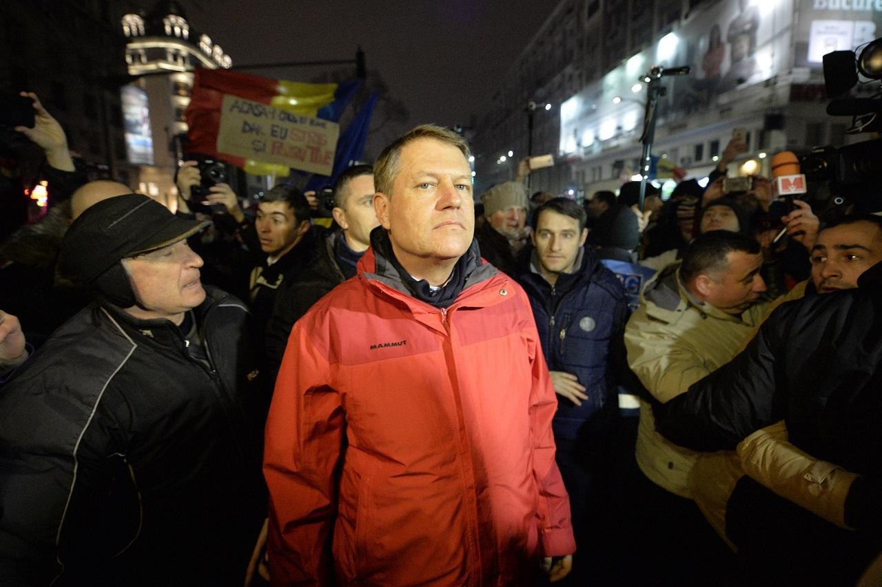 Mii de oameni în stradă și o geacă roșie dispărută. E plecat la schi cu xenofobia în plic