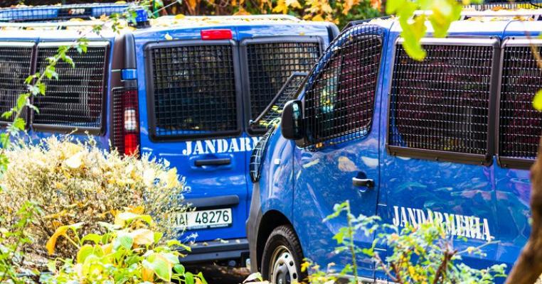 VIDEO. Jandarmii din Timiș, intervenție în forță pentru salvarea a doi copii neglijați. Părinții s-au baricadat în casă