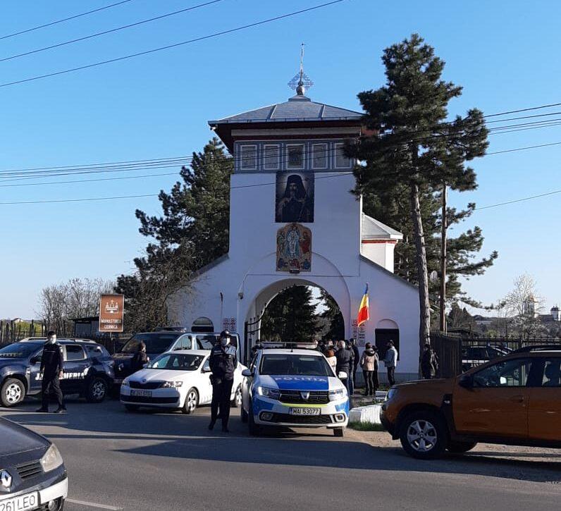 """L-au """"arestat"""" pe Sf. Calinic de la Cernica. Poliția și Jandarmeria a blocat intrarea în Mănăstirea Cernica de la ora 18:00: Doar se iese, nu se mai intră"""