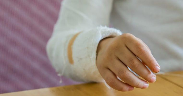Neglijență în orfelinate! Un copil de 11 ani a stat 14 ore cu o fractură deschisă