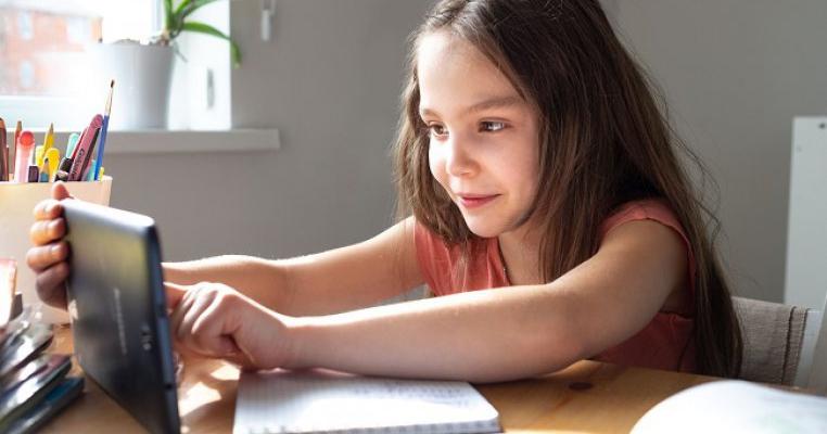 Școala online a devenit obligatorie: află ce reguli se aplică