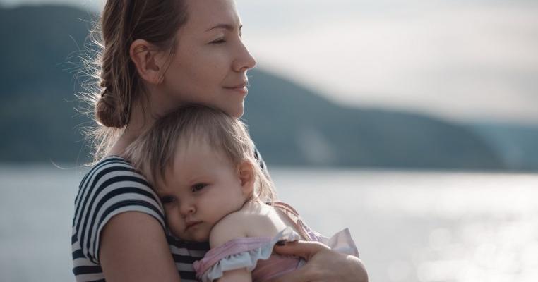 Să îți ții copilul în brațe nu este alint, este nevoia primordială de iubire