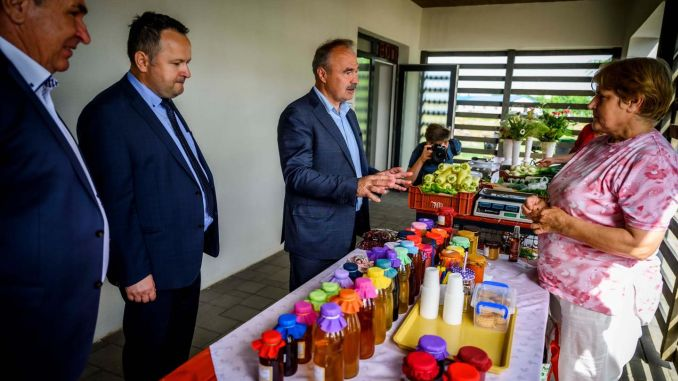 În timp ce producătorii români aruncă marfa pe câmp pentru că nu o pot vinde, Ungaria a triplat numărul de piețe dedicate fermierilor locali