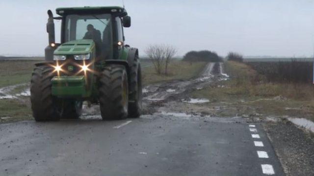 Fermier amendat cu 2.000 de lei pentru că a trecut cu tractorul pe un drum proaspăt asfaltat