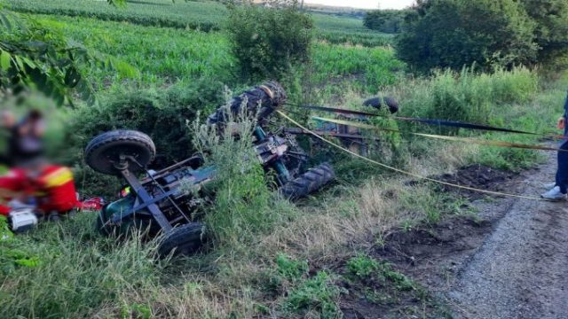 Tânăr de 33 de ani, mort după ce s-a răsturnat cu tractorul