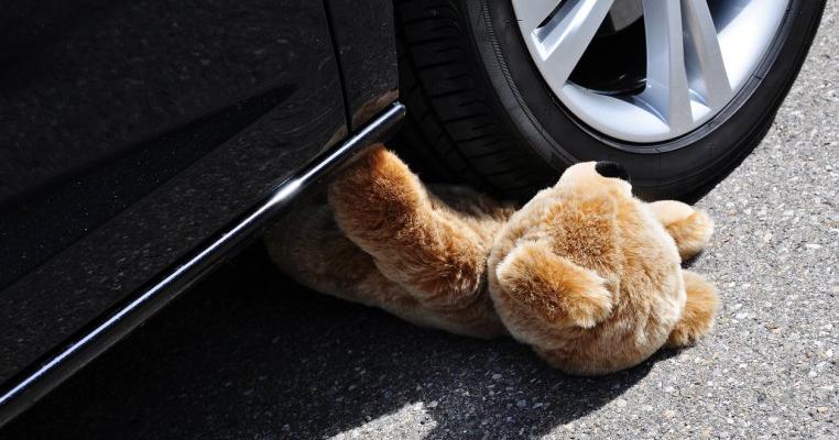 Un băiețel de 3 ani din Brașov și-a găsit sfârșitul sub roțile mașinii tatălui său. Atenție la neatenție, dragi părinți!