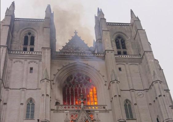 Franța   Un imigrant din Rwanda care anul trecut a dat foc catedralei din Nantes, a omorât un preot la scurt timp după ce a ieșit din arest