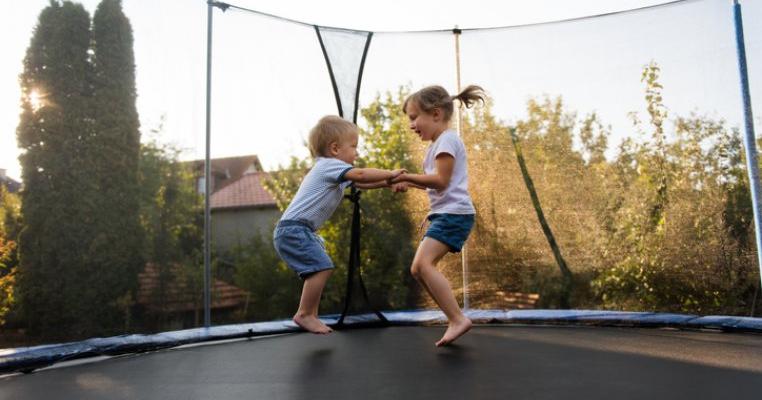 Solicitare într-un cartier rezidențial: copiii să nu se joace afară înainte de ora 9 dimineața