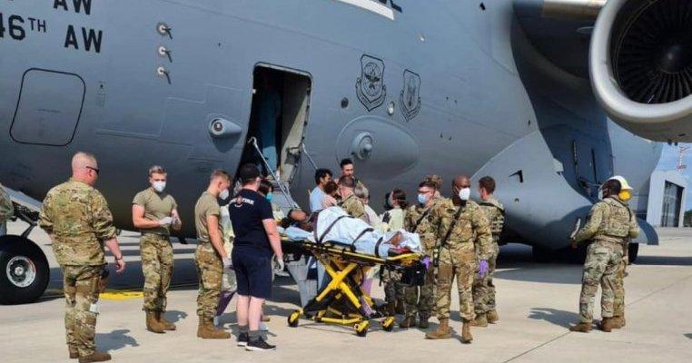 Un bebeluș afgan a venit pe lume într-o aeronavă de război. Ce se va întâmpla cu mama și copilul