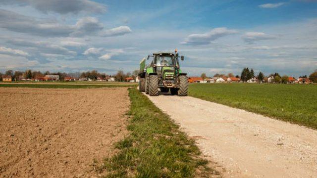 Din octombrie, primăriile vor primi până la 1.000.000 euro pentru reabilitarea drumurilor agricole