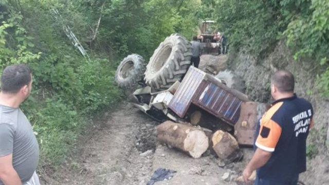 Un tractorist a murit după ce s-a răsturnat cu utilajul într-o râpă