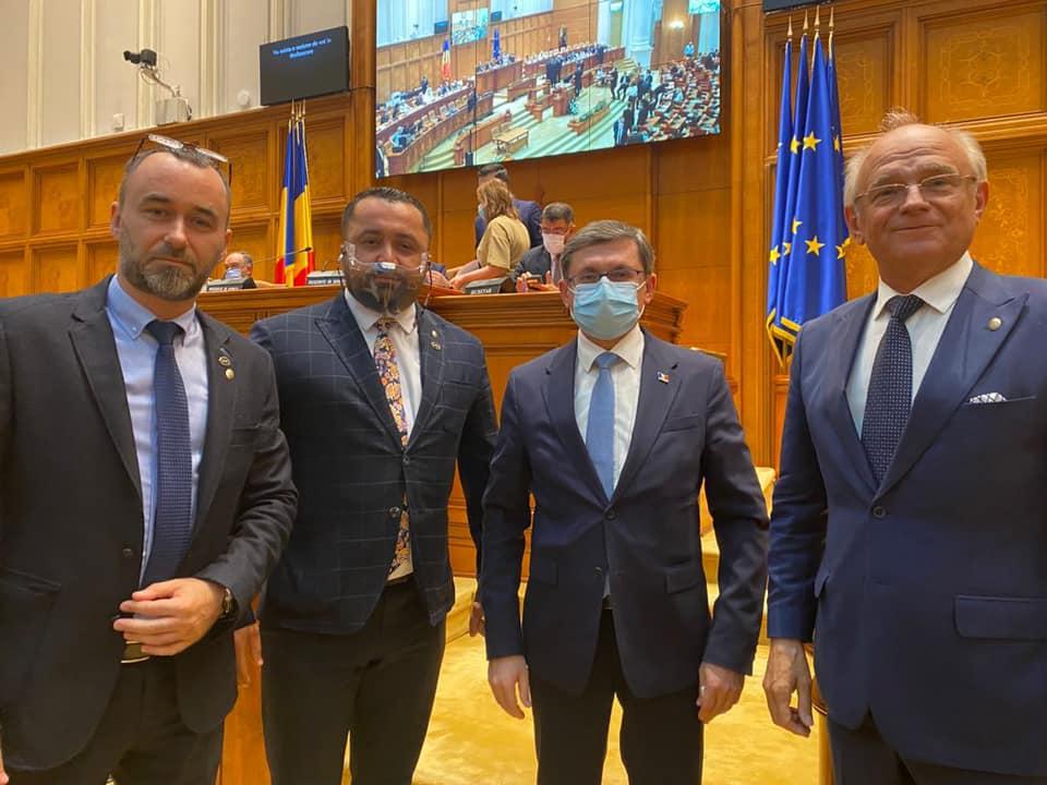 Igor Grosu a venit în parlamentul României să mai cerșească ceva bani pentru Republica Moldova. Dar interdicția aplicată lui George Simion?