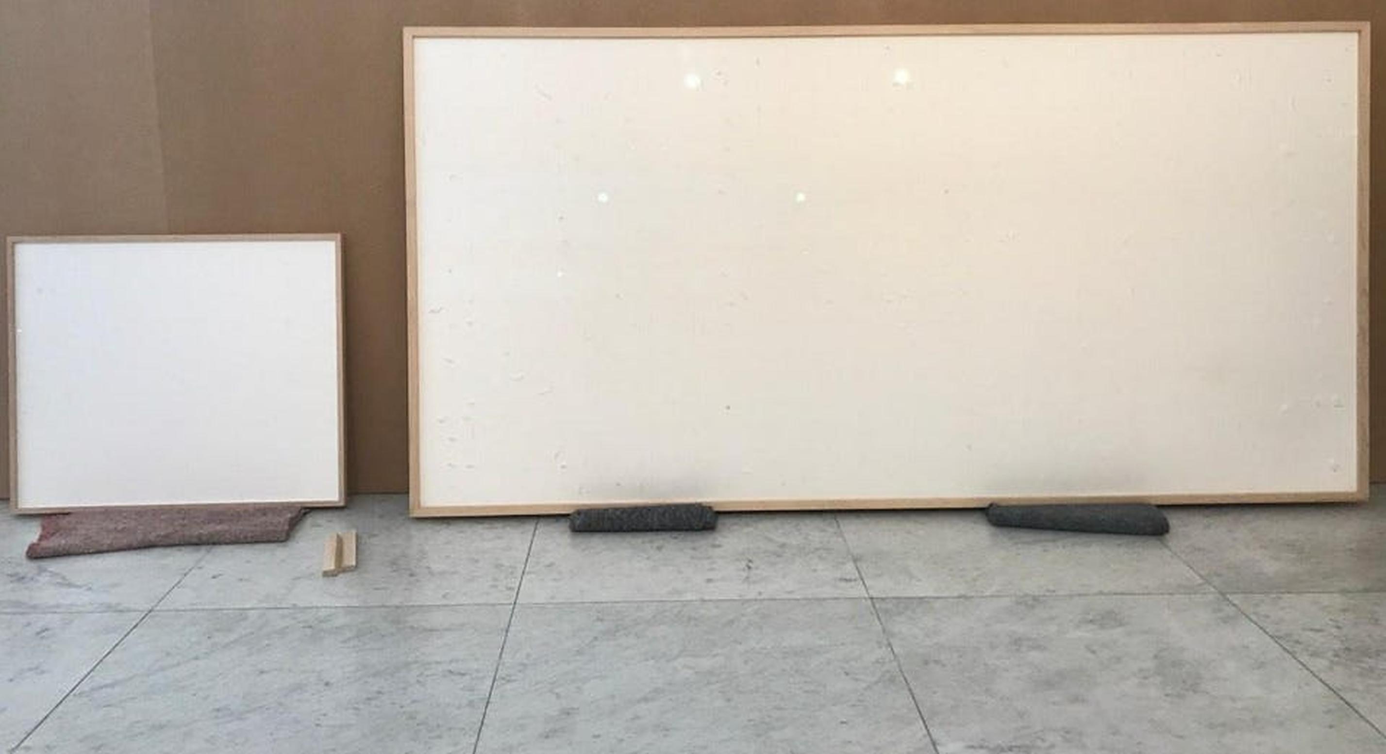 """Artă modernă: Un pictor danez primește 84.000 de euro pentru o pânză albă intitulată """"Ia banii și fugi"""""""