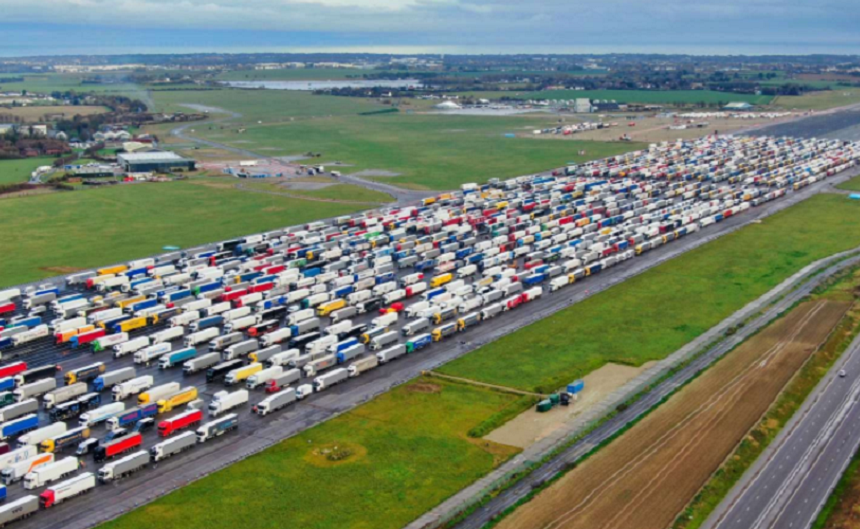 Guvernul de la Londra trimite încă 800 de militari pentru a ajuta la deblocarea cozilor de mașini formate după închiderea granițelor. Mii de români erau blocați la cozi, joi
