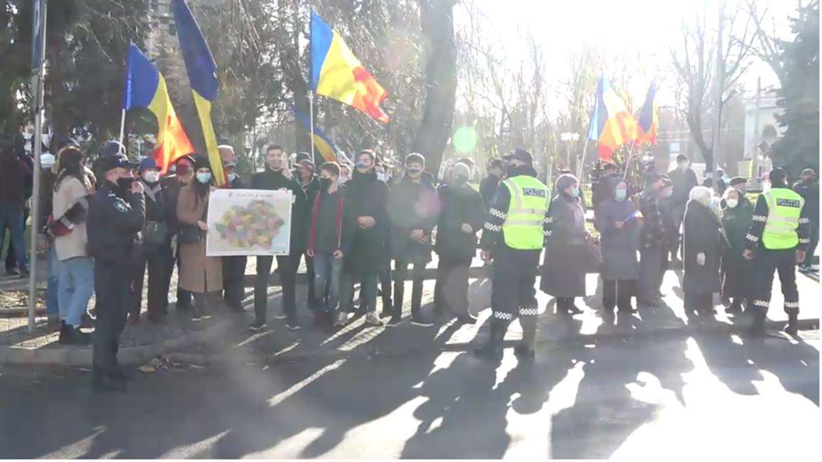 (VIDEO) Cu flori, cu o hartă a României Mari și cu scandări unioniste. Cum a fost întâmpinat președintele României la Chișinău