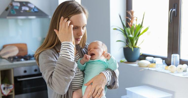 De ce creierul unei mame se scurtcircuitează când copilul ei începe să plângă