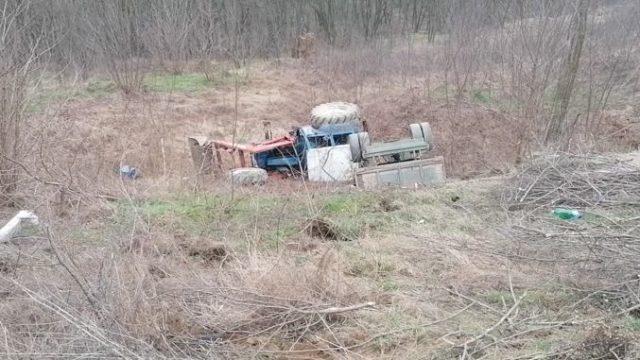 Un tractorist și-a ucis propriul copil după ce s-a răsturnat cu utilajul pe care îl conducea fără permis