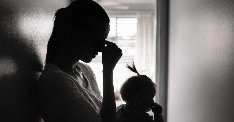 O mamă din Vâlcea și-a abandonat nou-născutul într-o scară de bloc pentru că soțul ei nu își dorea copilul