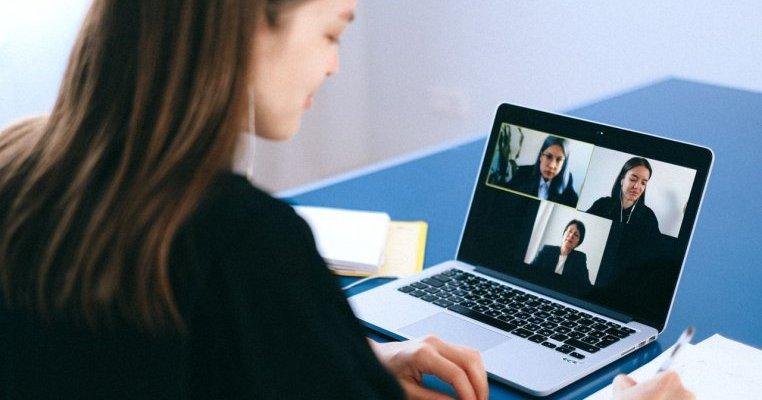 Ședință online transmisă live din greșeală: profesorii insultă părinții fără jenă