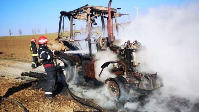 Tractor cuprins de flăcări pe câmp, în timp ce efectua lucrări agricole