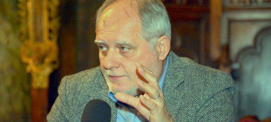 """Jurnalistul Răzvan Bucuroiu scrie că """"este intolerabil ca de Paști bisericile să fie iarăși închise. Deja aduce a șmecherie, și acum e gata. Hristos va învia, la termen! S-a înțeles?"""