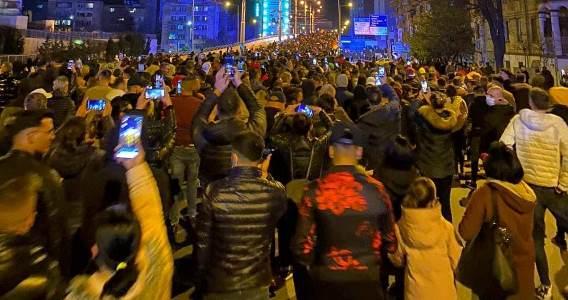 Craiova: Protestatarii au dat foc unei grămezi de măști în centrul orașului