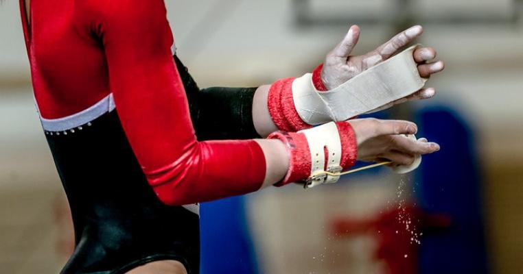 Tatăl unei fetițe care face gimnastică ritmică acuză pe antrenorii acesteia de abuzuri, pedepse crunte și atingeri nepotrivite