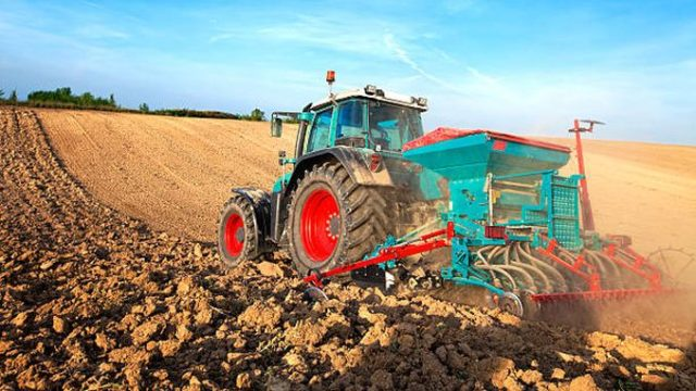 Un fermier a mutat granița țării ca să poată circula cu tractorul