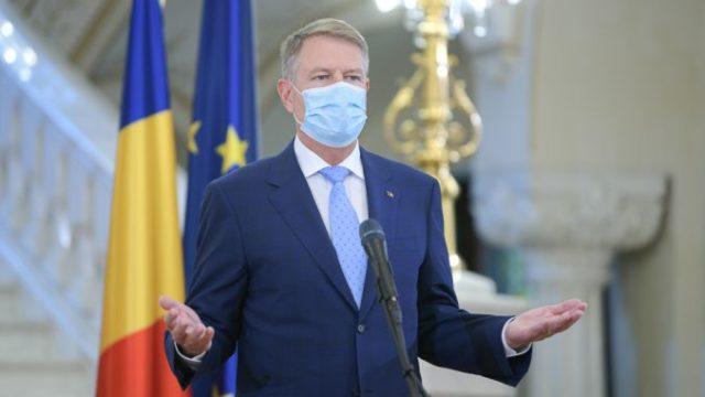 Președintele Iohannis: Purtarea măștii în aer liber rămâne obligatorie în piețe sau târguri!