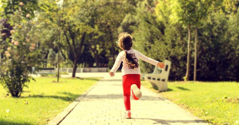 Atenție! Pedofil în acțiune! O fetiță de 5 ani agresată în parc la 5 metri de mama ei