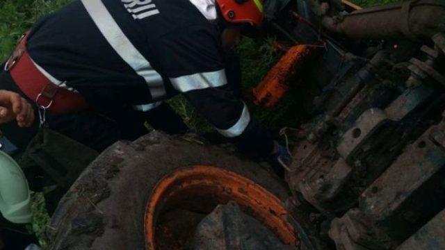 Un tânăr de 24 de ani a decedat după ce s-a răsturnat cu tractorul agricol