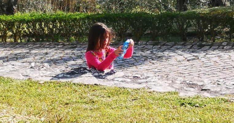 Imaginea cu fetița îngropată în ciment care a înnebunit internetul. Explicația fotografiei te va surprinde