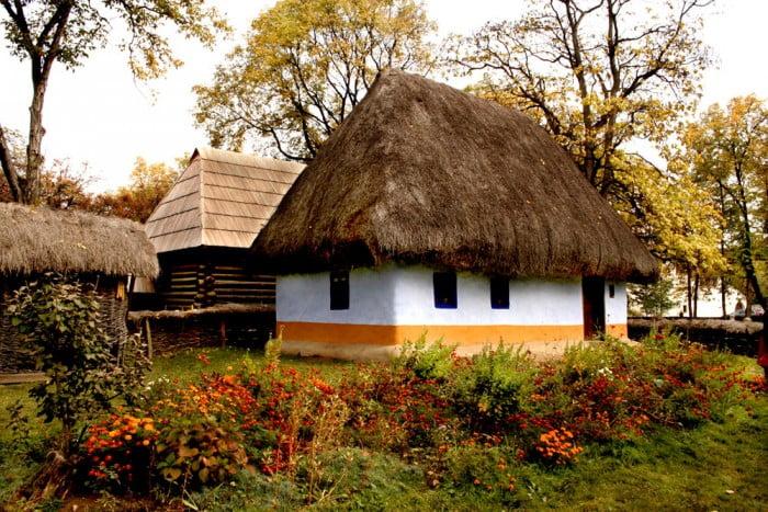 Intrare gratuită la Muzeul Satului Dimitrie Gusti de Sânziene pentru cei care vin îmbrăcați în ie