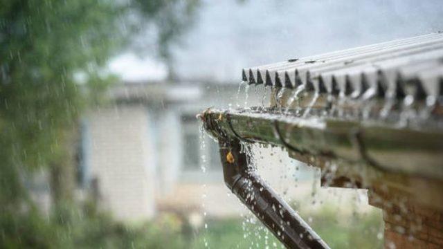 Picătura streșinii. Ce spune legea despre locul unde trebuie să se scurgă apa de pe acoperișul casei