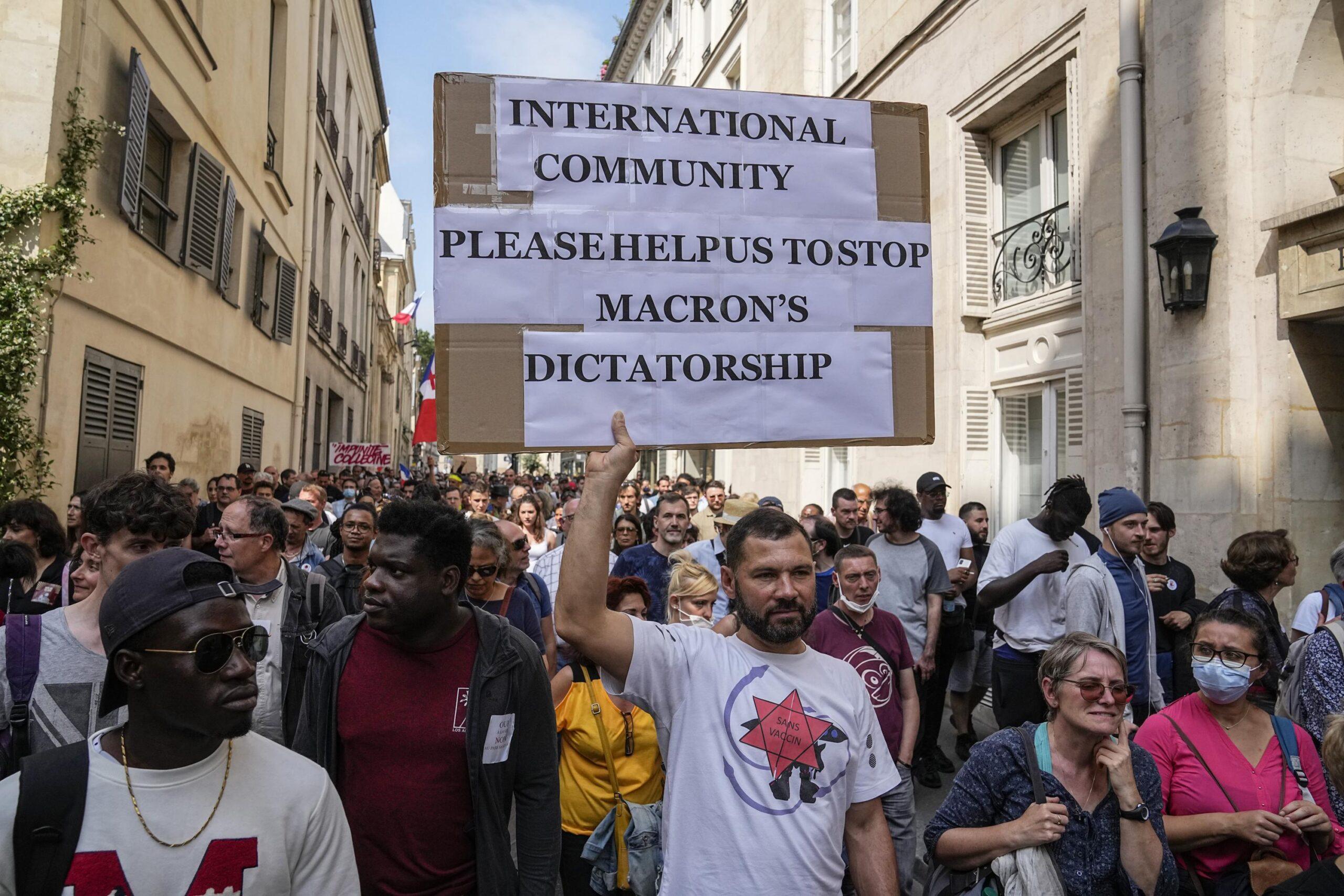 """Sute de mii de oameni protestează în Franța împotriva vaccinării, a certificatelor Covid și a """"dictaturii medicale"""". Poliția Franceză este alături de oameni"""