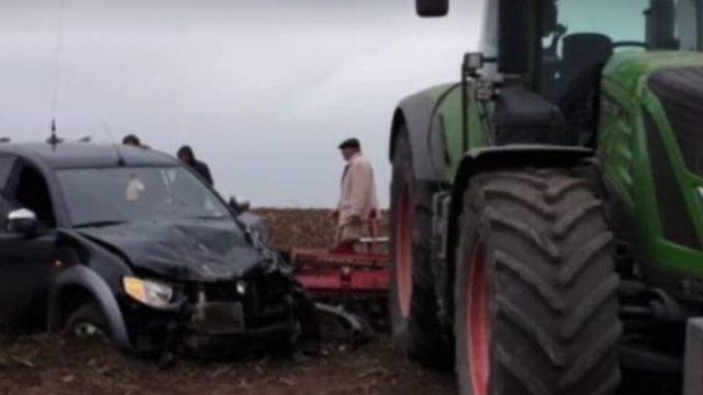 Fermier acuzat de omor după ce s-a urcat cu tractorul pe o mașină în care se aflau 5 persoane!