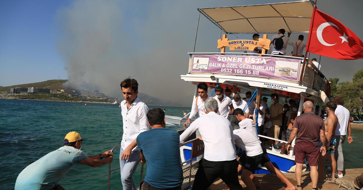 VIDEO: Turcii evacuează turiștii cu bărcile din cauza incendiilor devastatoare