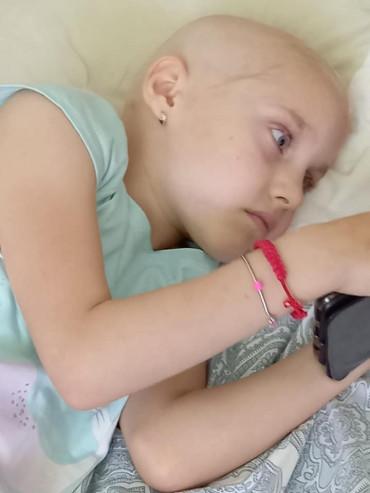 Apel la omenie: s-o salvăm pe micuța Maya Chelmuș (7 ani), diagnosticată cu osteosarcom, cea mai frecventă tumoră canceroasă a osului