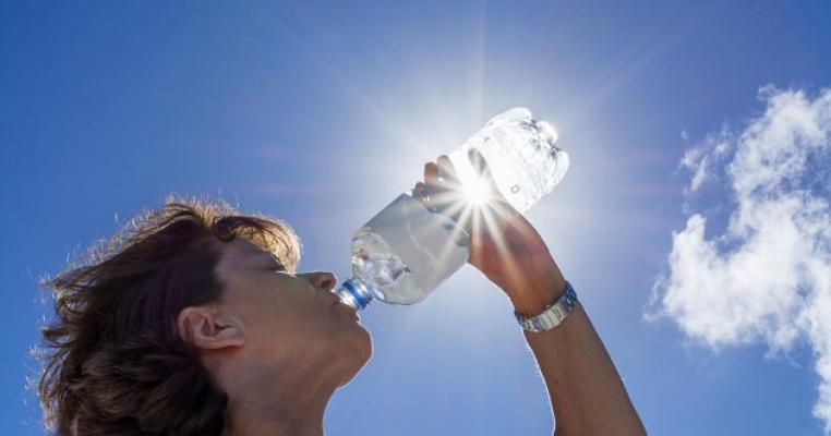 Apa plată și minerală din comerț pot declanșa probleme grave de sănătate! Conțin o substanță toxică