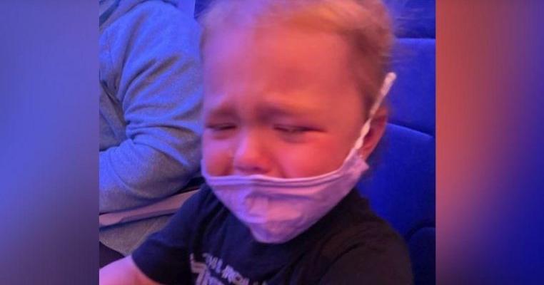 Scandal in avion: o însoțitoare de zbor i-a spus unei mame că îi dă lipici să lipească masca de fața fetiței ei de 2 ani care plângea