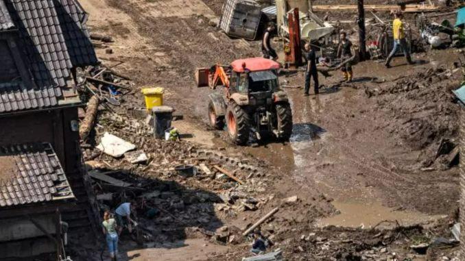 Fermierii – EROII cu tractoare din mijlocul inundațiilor care au lovit Germania!